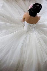 Красивое счастливое свадебное платье